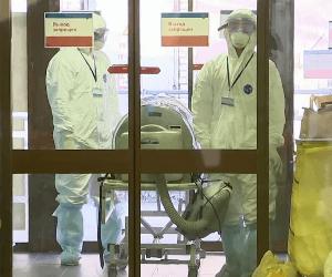 врачи доставляют пациента с коронавирусом